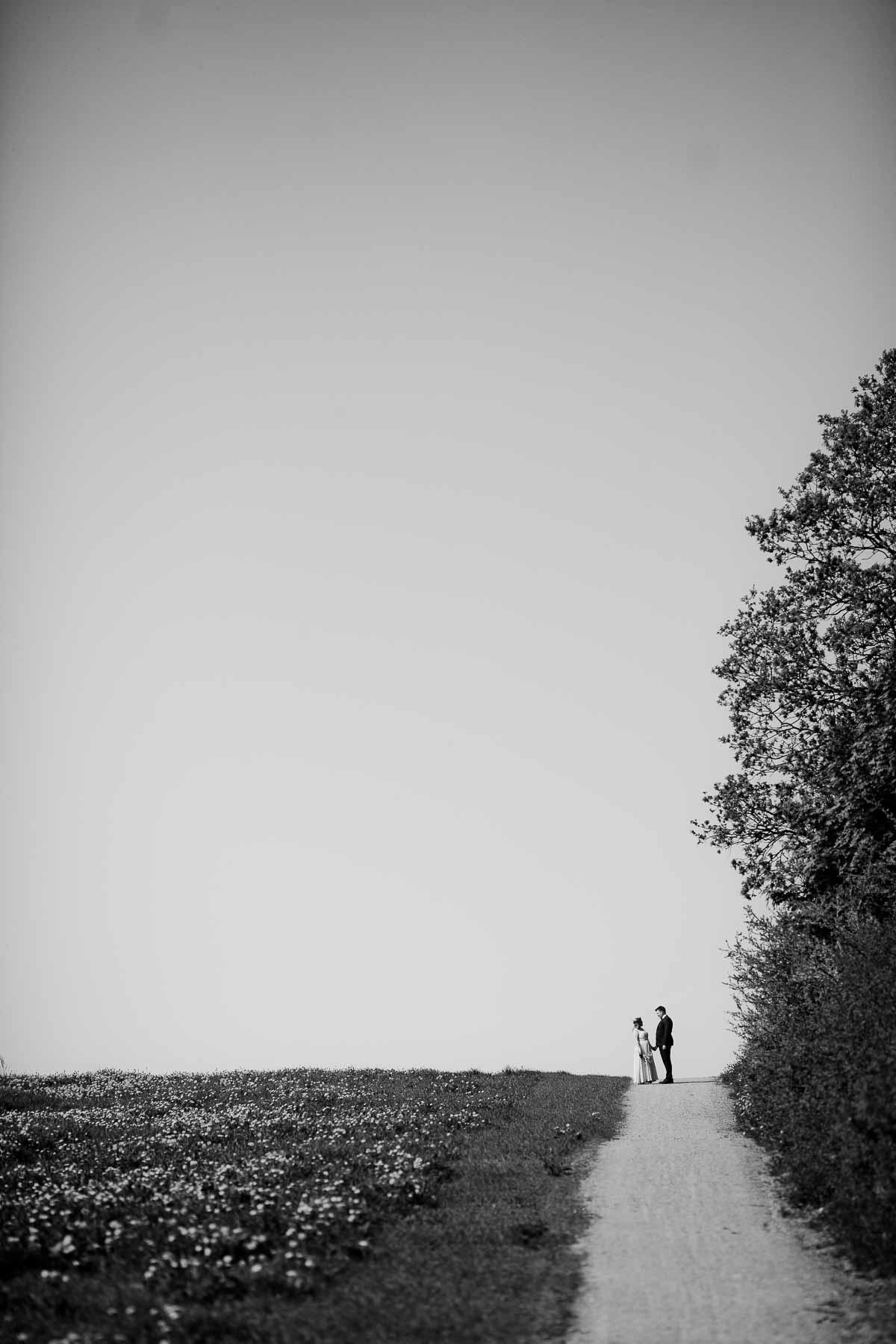 smukke og romantiske bryllupsbilleder i naturskønne omgivelser i Eventyrhaven